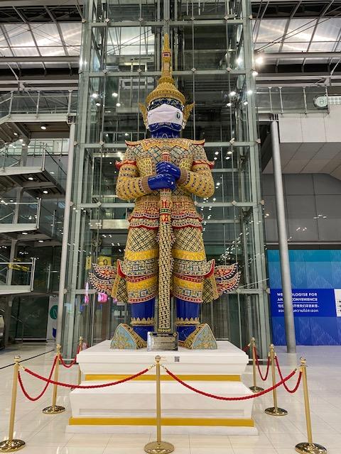 バンコク空港 マスクの像2